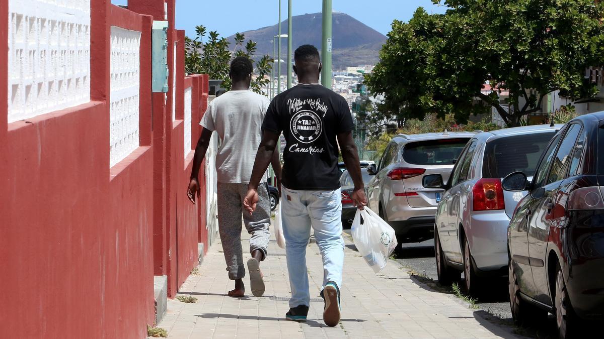 Dos personas en Gran Canaria tras recoger comida en Cáritas.