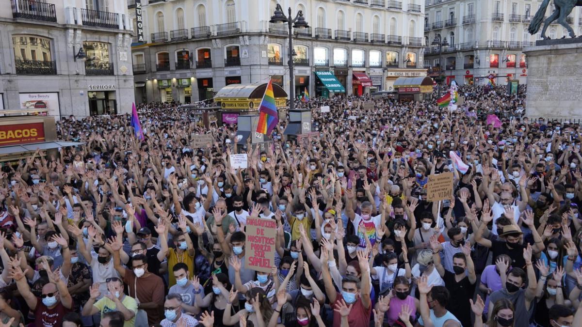 Miles de personas abarrotan la Puerta del Sol de Madrid en rechazo al crimen cometido contra Samuel Luiz