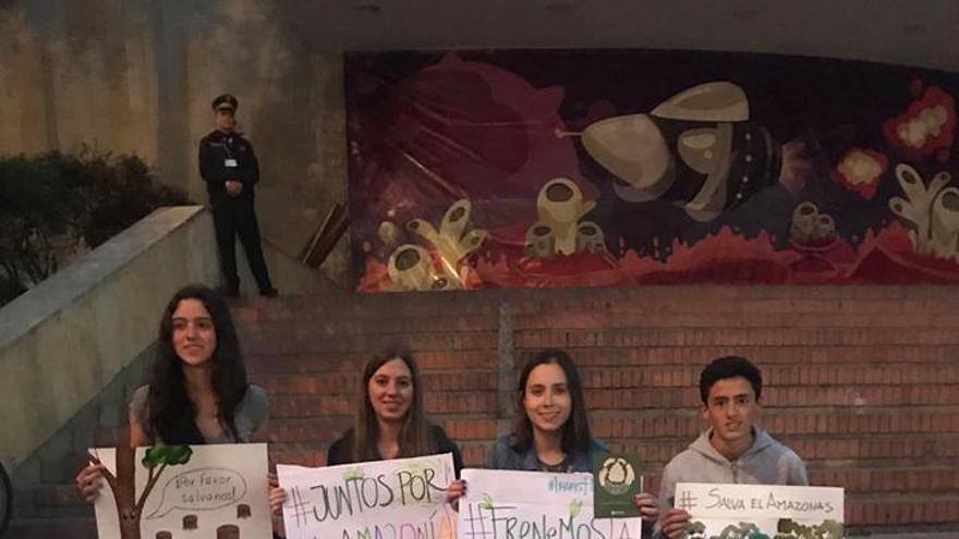 Los jóvenes apoyados por la ONG DeJusticia denunciaron la violación de sus derechos ante la crisis medioambiental.
