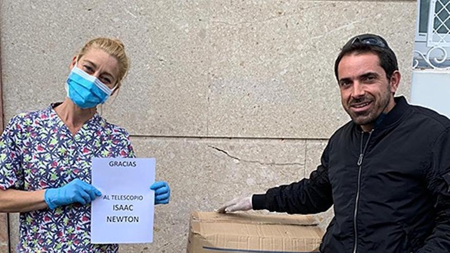 """Nancy Rodríguez, fisioterapeuta del Hospital Nuestra Señora de Los Dolores y David González (ING) en el momento de la entrega del material donado por el ING para la lucha contra el coronavirus en el Hospital Nuestra Señora de los Dolores"""""""
