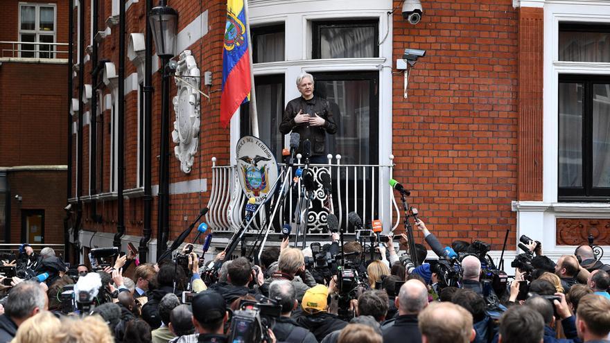 el fundador de WikiLeaks, Julian Assange, en la Embajada de Ecuador en Londres antes de ser detenido. EFE/EPA/FACUNDO ARRIZABALAGA/Archivo