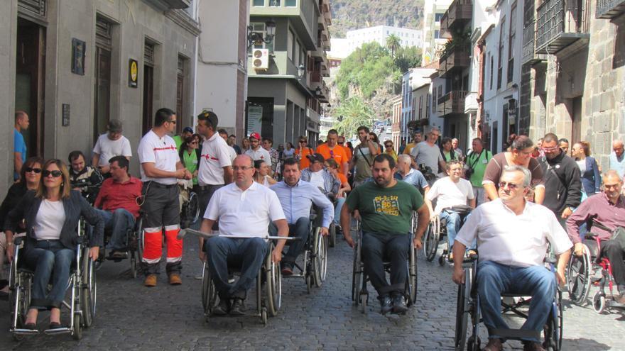 En la imagen, los políticos en silla de ruedas a su paso por la Calle Real. Foto: LUZ RODRÍGUEZ
