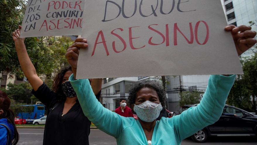 """Colombianos protestan frente a su embajada en Quito al grito de """"Resistencia"""""""