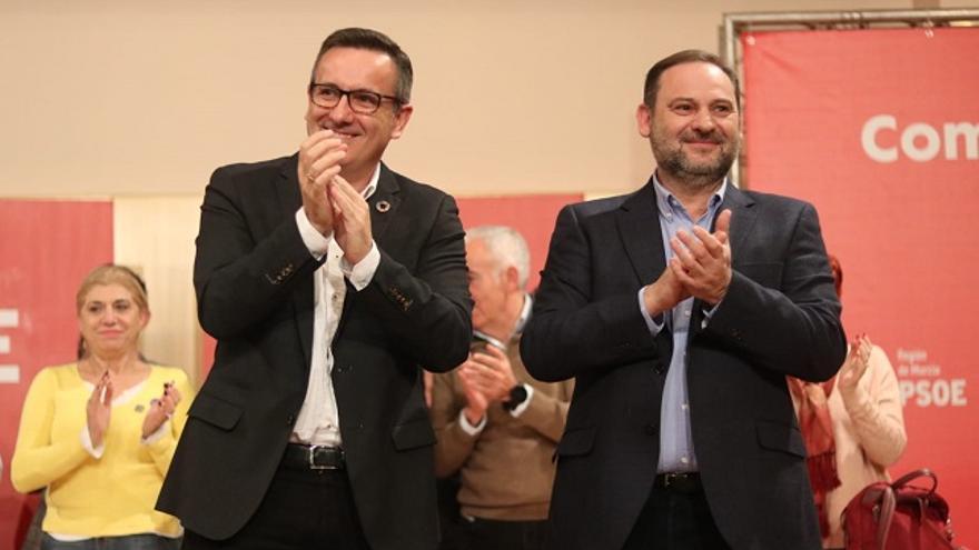 El secretario general del PSRM, Diego Conesa, y José Luis Ábalos, ministro de Transporte, Movilidad y Agenda Urbana