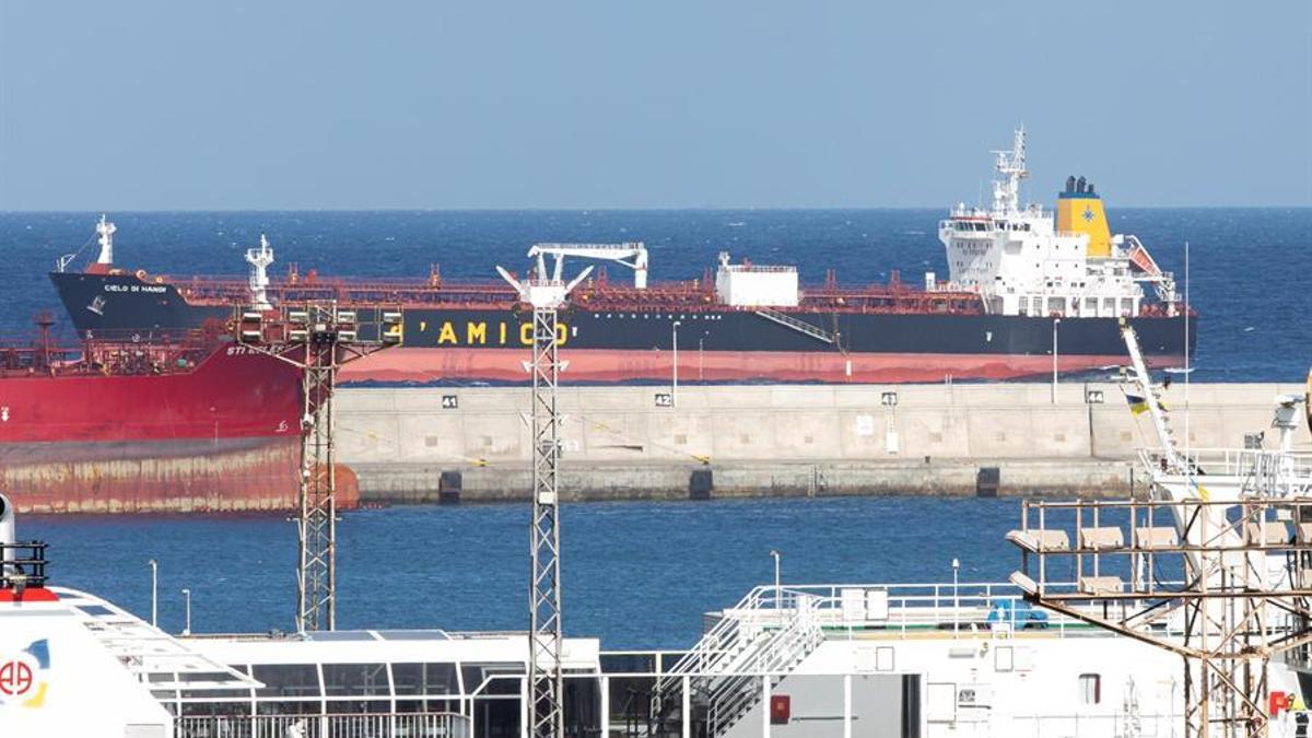 El barco petrolero Cielo Di Hanoi, fondeado en el puerto de Las Palmas de Gran Canaria