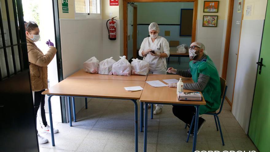 Reparto de comida en colegios | ÁLEX GALLEGOS