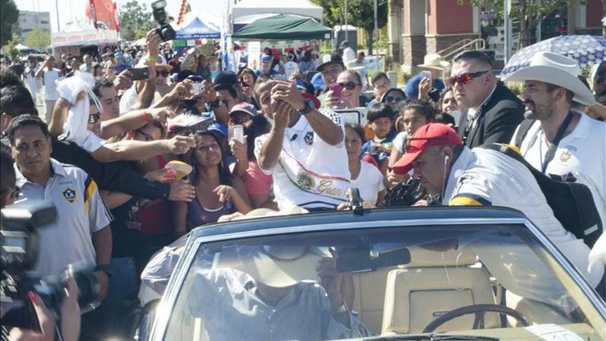 Miles de mexicanos asisten a desfile de independencia en Los Ángeles, EE.UU.