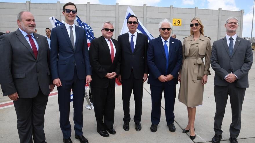 Fotografía distribuida por la embajada de EEUU en Israel en la que aparece la delegación estadounidense que presidirá este lunes el cambio de embajada a Jerusalén. Desde la izquierda: embajador estadounidense en Israel, David Friedman; Jared Kushner, el subsecretario del Departamento de Estado, John Sullivan; el secretario del Tesoro, Steven Mnuchin; e Ivanka Trump.