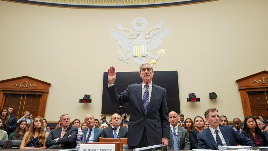 El fiscal especial de la trama rusa, Robert Mueller, toma juramento antes de testificar en el Congreso de Estados Unidos.