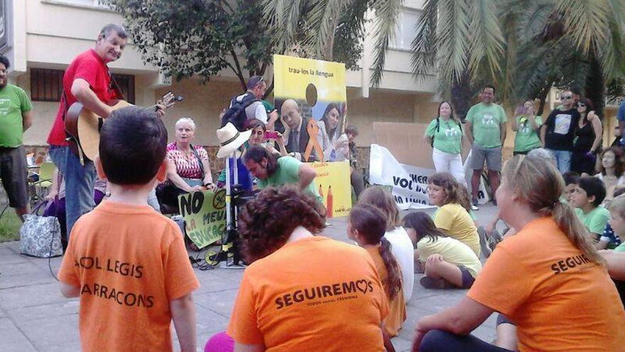Un momento de una de las actividades que se desarrollan en la 'Acampada per l'Escola Pública'