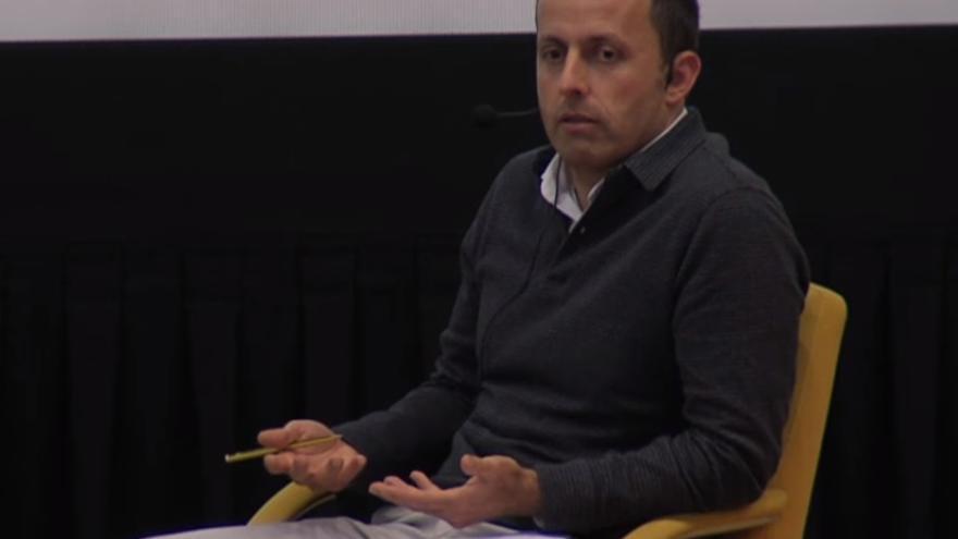 El juez Luis Acayro Sánchez durante su intervención en la Complutense.