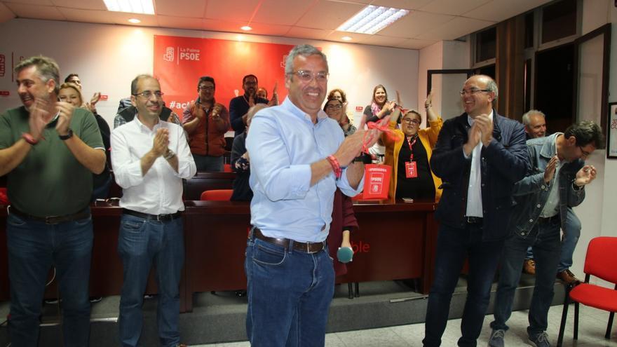 Sergio Matos recibe los aplausos de su compañeros de partido.