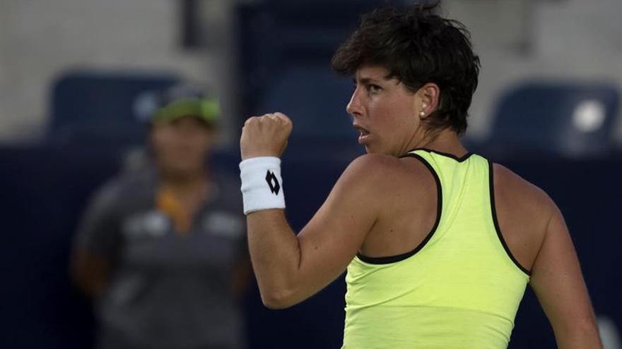 La tenista de España Carla Suárez Navarro celebra un punto ante la belga Alison Van Uytvanck