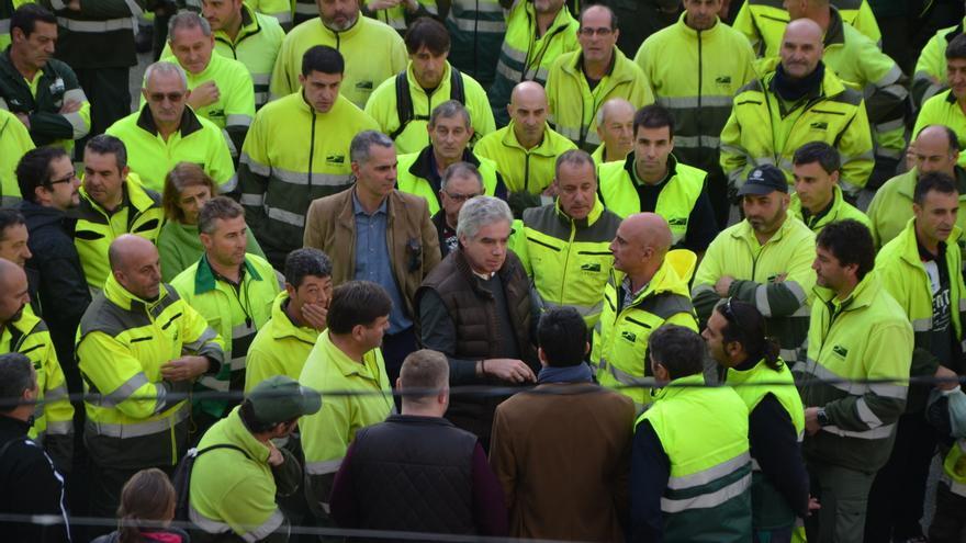 Protesta de los trabajadores de Parques y Jardines frente al Ayuntamiento de Santander.   PRC