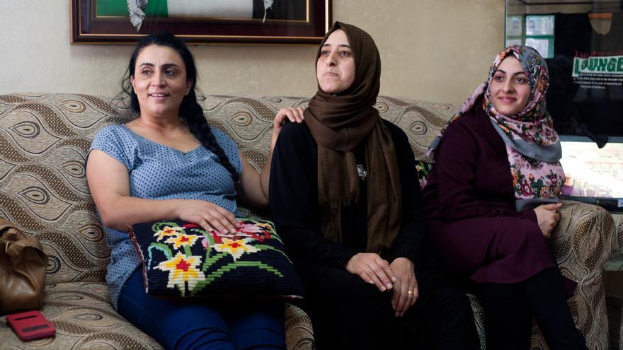 Nisreen Mashal junto a dos amigas en el campo de refugiados de Dheisheh / Marta M.Losa