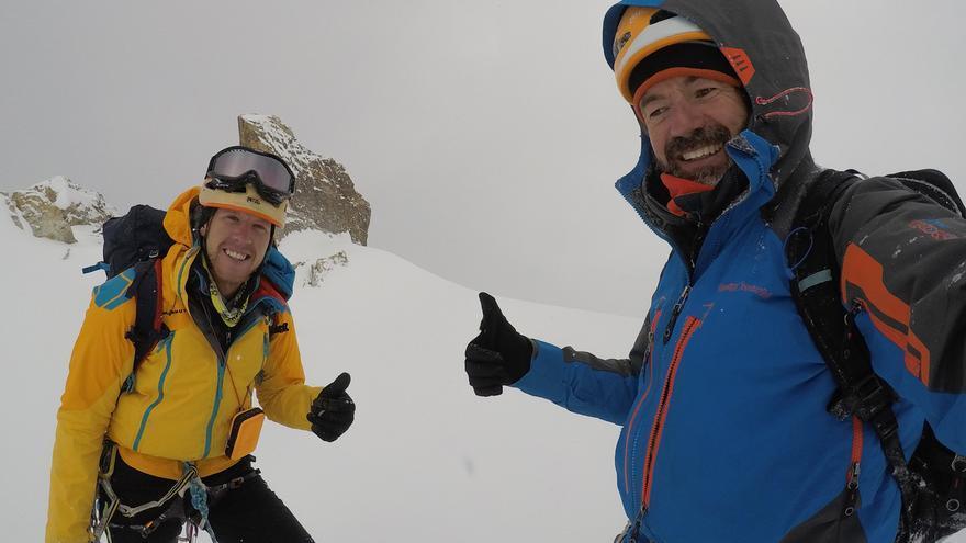 Juan Diego Amador y David Pérez en la cumbre del pico Islas Canarias.