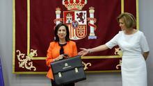 La ministra de Defensa, Margarita Robles (i), posa junto a su predecesora en el cargo, María Dolores de Cospedal, durante la ceremonia de traspaso de cartera en el Ministerio de Defensa en Madrid.
