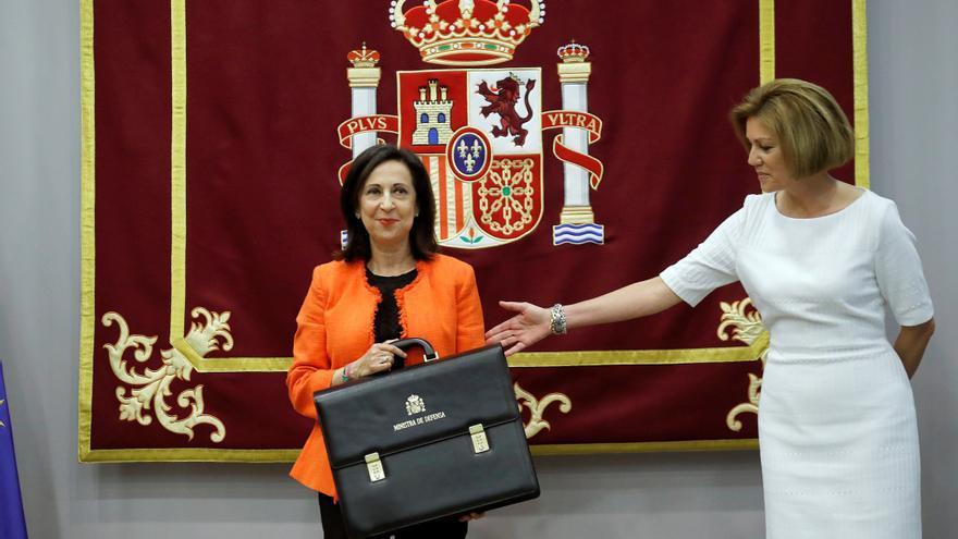 La ministra de Defensa, Margarita Robles (i), posa junto a su predecesora en el cargo, María Dolores de Cospedal, durante la ceremonia de traspaso de cartera.