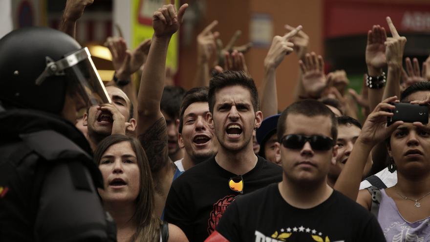 En la manifestación, convocada por los vecinos y apoyada por varios colectivos antifascistas, se repitieron consignas como 'Fuera racistas de nuestros barrios' .