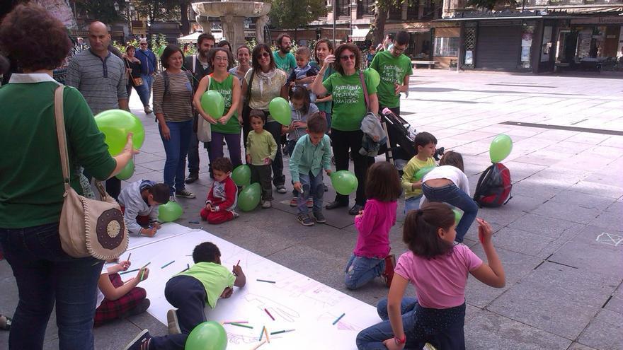 Padres y niños en la plaza Bibrambla de Granada.