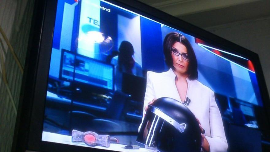 Casco y martillo en el atrezzo del informativo de Telemadrid.