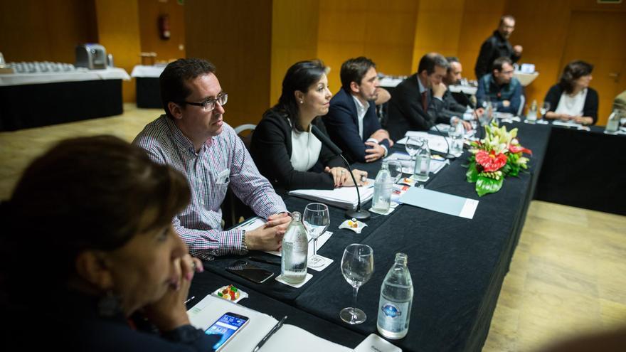 Carlos García Sicilia (primero por la izquierda), vicepresidente de Ashotel en La Palma, en la última reunión del Consejo Directivo. Foto: Andrés Gutiérrez.