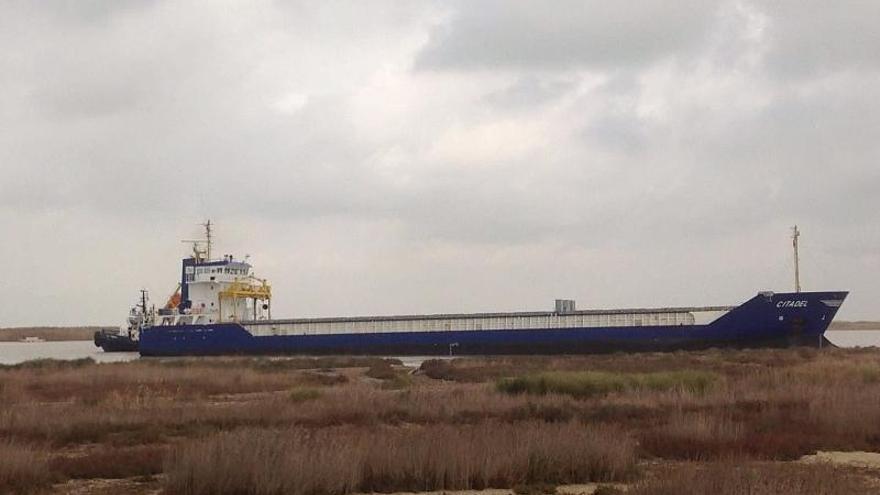 Encalla un carguero en el río Guadalquivir a su paso por Trebujena (Cádiz)
