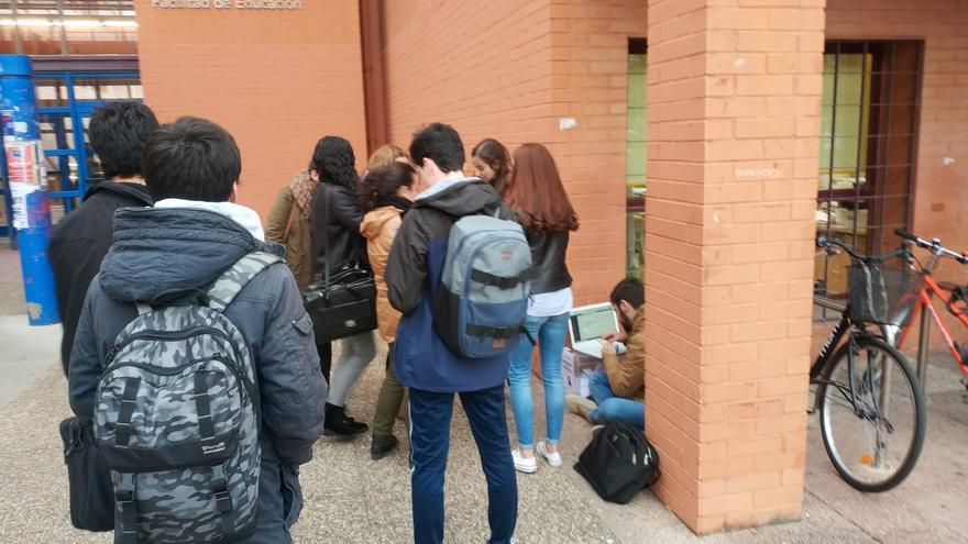 Los estudiantes que quisieron votar en el Interfacultativo lo tuvieron que hacer fuera del edificio.