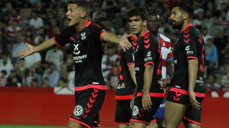 Los jugadores del CD Tenerife protestan un lance del partido