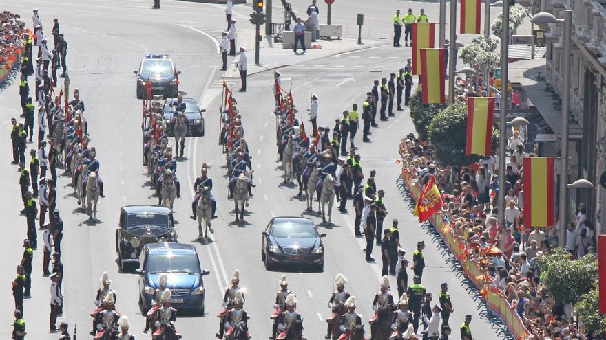 Los reyes han saludado desde su vehículo descapotable a los que han salido a la calle a jalearles / Gtres