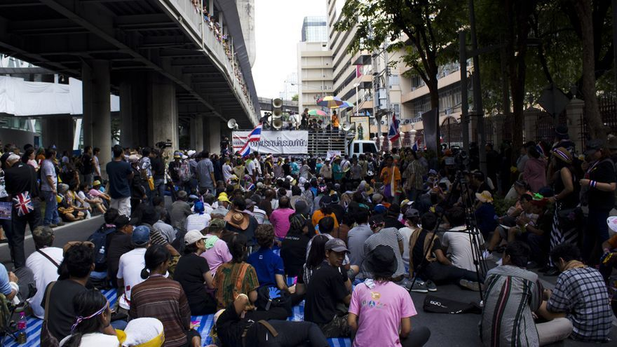 Opositores al Gobierno tailandés se manifiestan delante del cuartel general de la policía nacional en Bangkok.