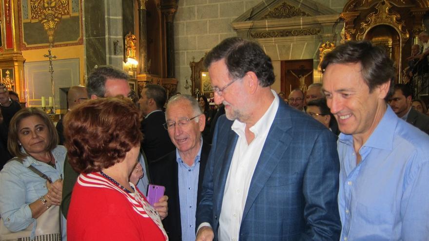 Rajoy recorre las calles de Huércal-Overa (Almería) en un ambiente distendido tras la elaboración de las listas