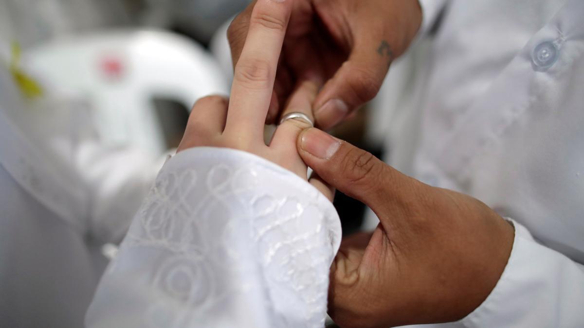 Una pareja ntercambian anillos durante la celebración de una boda. EFE/ Francis R. Malasig/Archivo