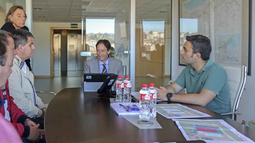 El consejero de Obras Públicas, Ordenación del Territorio y Urbanismo, José Luis Gochicoa, recibe al alcalde de Ribamontán al Monte, Joaquín Arco