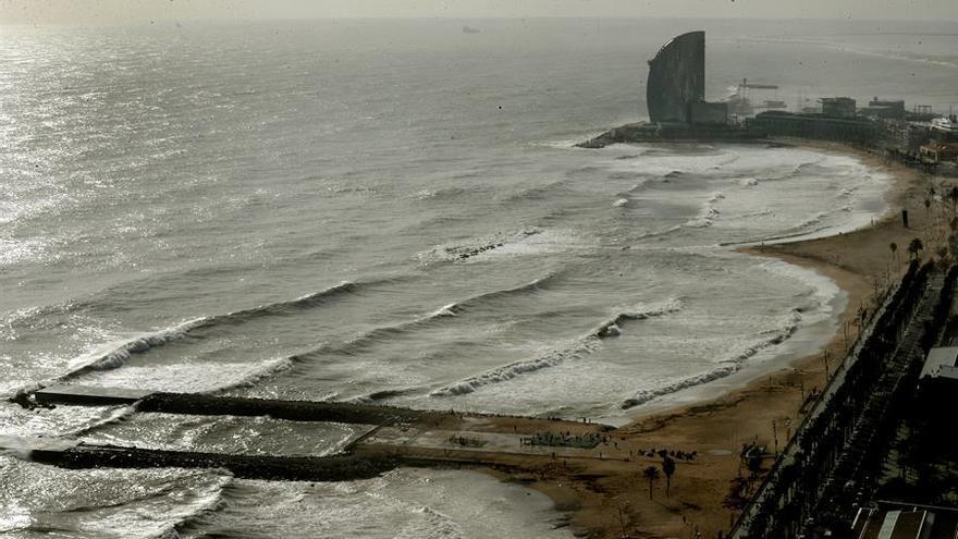 Vista de las playas de la Barceloneta y del Somorrostro, gravemente afectadas por la borrasca Gloria, que se ha cebado especialmente con el frente marítimo de Barcelona, este jueves