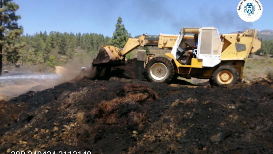 Continúa enfríandose el área incendiada este domingo en Vilaflor (Tenerife).