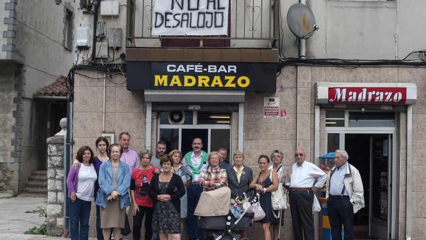 Un grupo de vecinos de El Pilón durante una concentración de protesta.   Joaquín Gómez Sastre