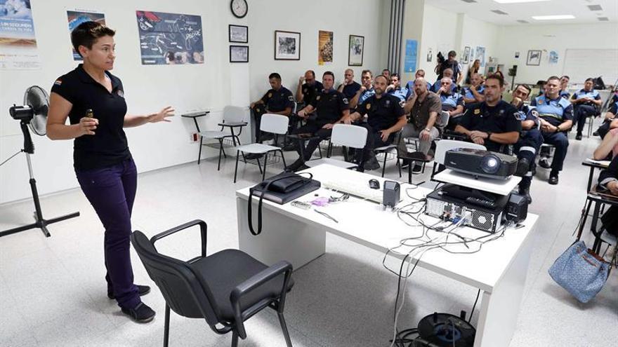 La policía nacional Elena Sánchez de la Morena (i), miembro del movimiento de agentes de la fuerzas de seguridad que se reconocen homosexuales (LGTBIpol).