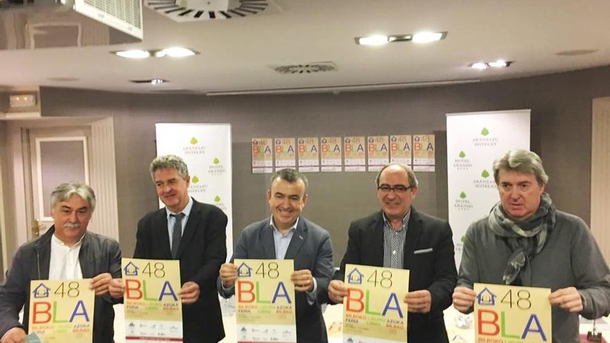 El escritor Lorenzo Silva recibe el Premio Pluma de Plata en la 48 Feria del Libro de Bilbao