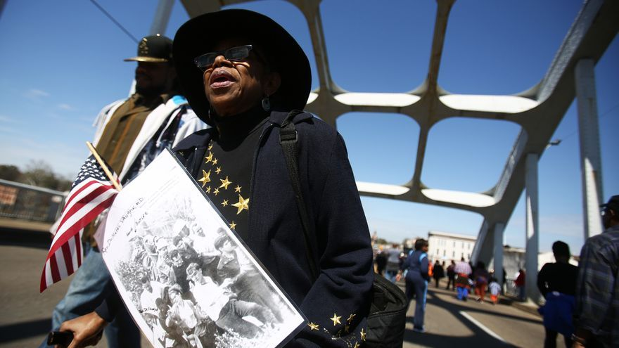 Una mujer recuerda los 50 años del Domingo Sangriento en Selma, Alabama.