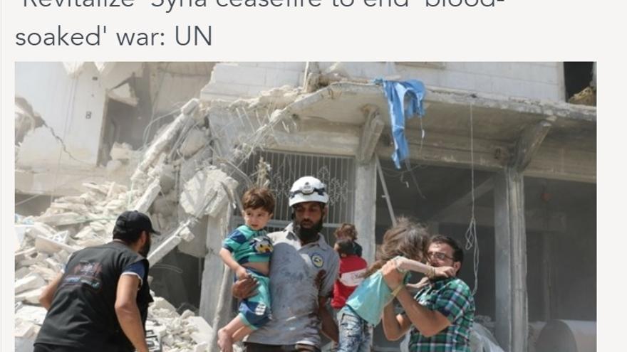 Foto de Ameer al-Halabi (AFP) en el DailyStar en el que se ve cómo la niña pasa de los brazos de una persona a otra.