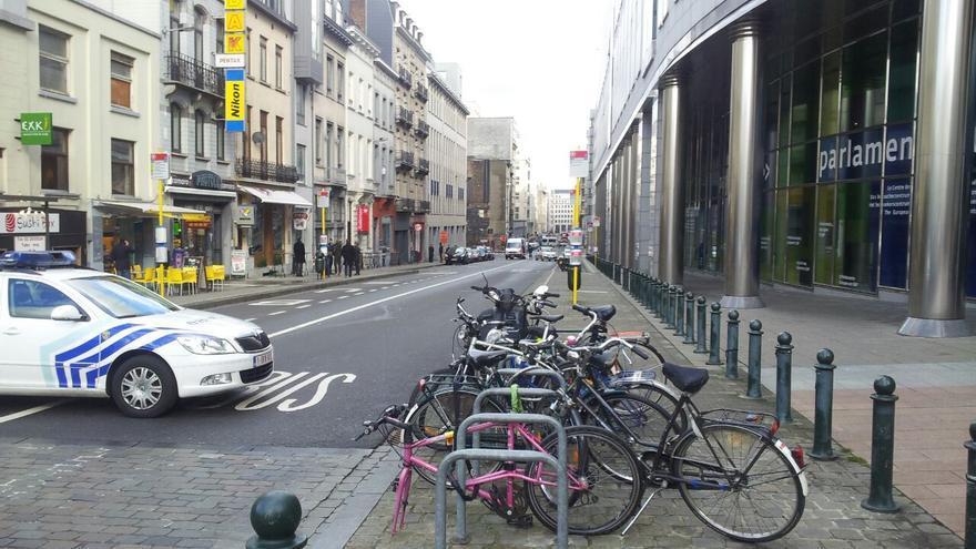 La Policía corta una de las calles que acceden al Parlamento Europeo en Bruselas