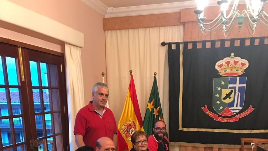 María de los Angeles Reyes Paz, nueva concejal de CC en Puntallana, con los demás miembros del grupo de Coalición Canaria en el Ayuntamiento,