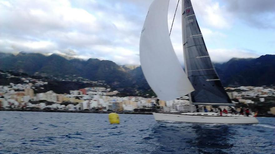 En la imagen, el barco Sorondongo IV, este viernes, a las 08:18 horas, llegando a La Palma.  Foto: REAL CLUB NÁUTICO DE SANTA CRUZ DE LA PALMA.