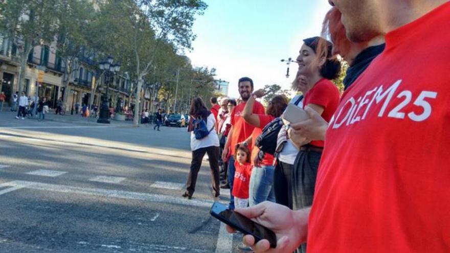 Voluntarios de DiEM25 Barcelona en la cadena humana anti TTIP hace dos semanas.