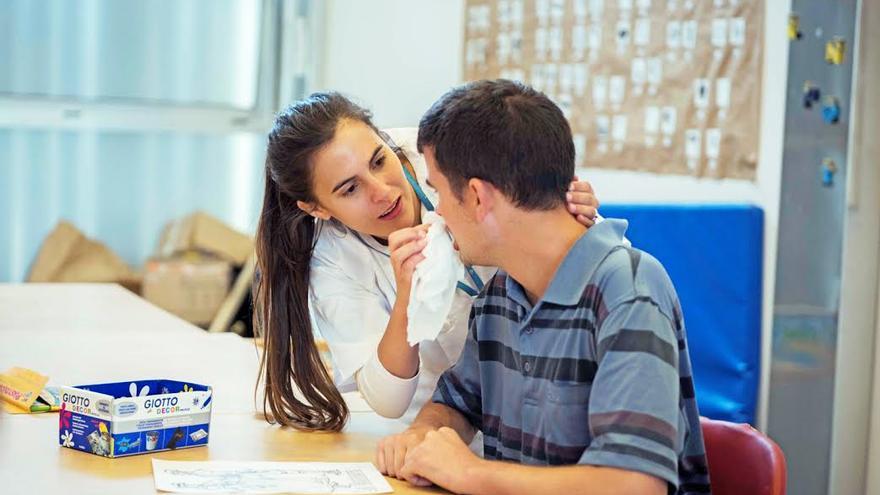 En la imagen, una trabajadora y un usuario del Centro Triana.
