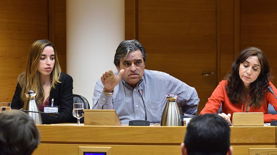 Miguel Barranca, acompañado de su hija y abogada, Jordina Barranca, en la comisión de investigación de les Corts