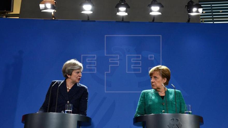 May y Merkel abordan una respuesta coordinada al envenenamiento del espía