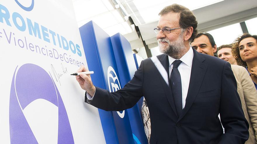 Mariano Rajoy, en un acto sobre violencia de género en 29016, con la entonces ministra responsable del área, Dolors Montserrat.