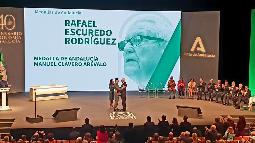 El presidente de la Junta, Juan Manuel Moreno, entrega la medalla Manuel Clavero Arévalo al primer presidente autonómico de Andalucía, el socialista Rafael Escudero.